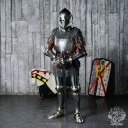 Armature medievali e fantasy: cuoio, cotta di maglia e armatura a piastre.